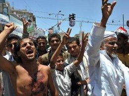 Demonstranten fordern den Rücktritt Salehs; Foto: dpa