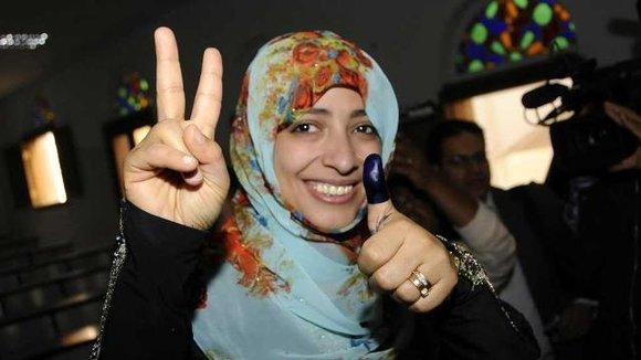 Jemenitische Aktivistin und Friedensnobelpreisträgerin Tawakul Karman nach Abgabe ihrer Wahlstimme; Foto: REUTERS/Stringer