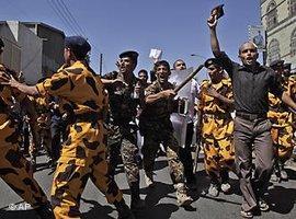 Zusammenstoß zwischen Polizei und Demonstranten in Sanaa; Foto: AP/dapd