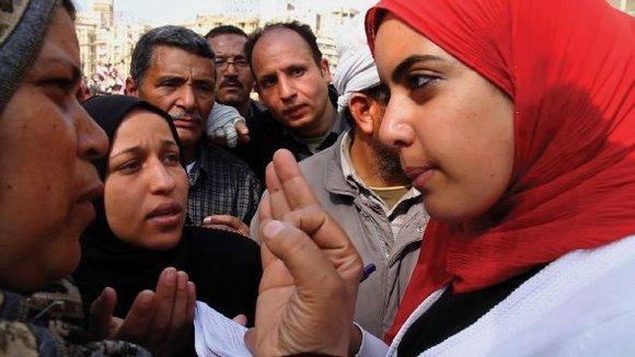 Die Journalistin Heba Afify im Gespräch mit ägyptischen Bürgern; Filmszene aus Words of Witness von Mai Iskander