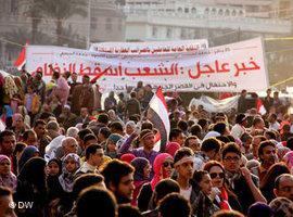 Demonstranten auf dem Tahrir-Platz in Kairo am tag nach dem Sturz Mubaraks; Foto. DW