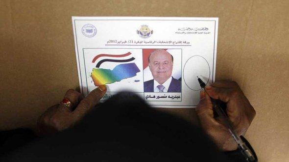 Jeminitin füllt einen Stimmzettel in einem Wahllokal in Aden aus; Foto: Reuters