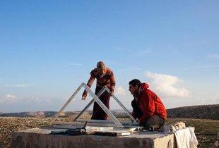 Mitarbeiter von Comet-ME, eine Israelische Organisation die Palästinenser in Westjordanland mit Strom aus Sonne und Wind versorgt; Foto: DW