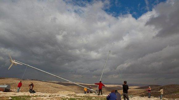Errichtung einer Windkraftanlage im Westjordanland; Foto: DW