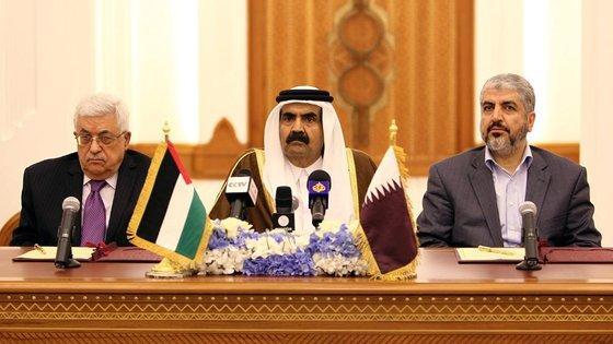 Palästinenserpräsident Mahmoud Abbas (l.), Hamas-Führer Chaled Mashaal (r.) und der Emir von Qatar; Foto: Osama Faisal/AP/dapd