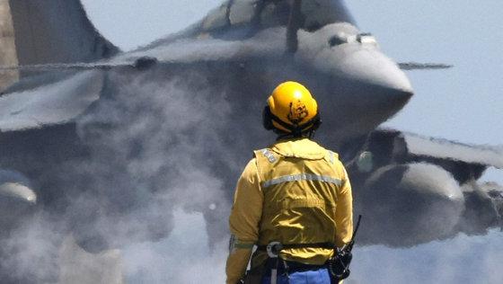 Rafale-Kampfjet auf einem Flugzeugträger vor dem NATO-Kampfeinsatz im Golf von Syrte; Foto: AP