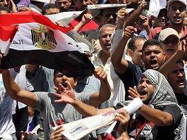 Ägyptische Demonstranten auf dem Tahrir-Platz protestieren gegen das Mubarak-Regime; Foto: dpa