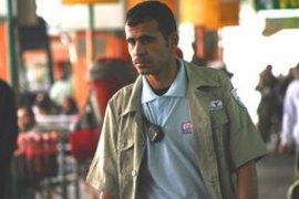 Kamel (Adnan Abu Wadi) während seiner Arbeit als Wachmann am zentralen Busbahnhof von Beer Sheba; Filmszene aus Sharqia; Foto: Amit Berlowitz/Detailfilm