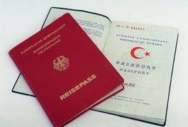 Deutscher und türkischer Reisepass; Foto: dpa