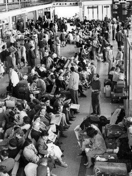 Massenandrang auf dem Flughafen Maison-Blanche in Algier am 19.05.1962; Foto: dpa