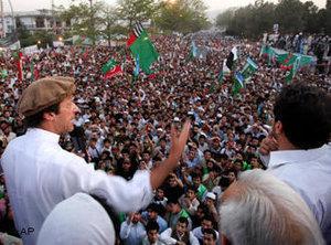 Imran Khan (links) während einer Kundgebung in Peschawar 2011; Foto: AP