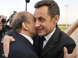 Algeriens Präsident Bouteflika (links) begrüßt Frankreichs Präsident Sarkozy bei seiner Ankunft in Algier, Foto: AP