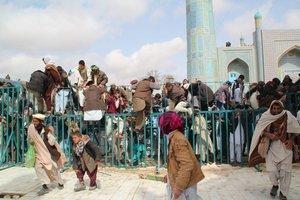 Die Menschen stürmen zum 'Schicksalsmast'; Foto: Marian Brehmer