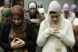Muslimische Frauen in einer Moschee; Foto: dpa