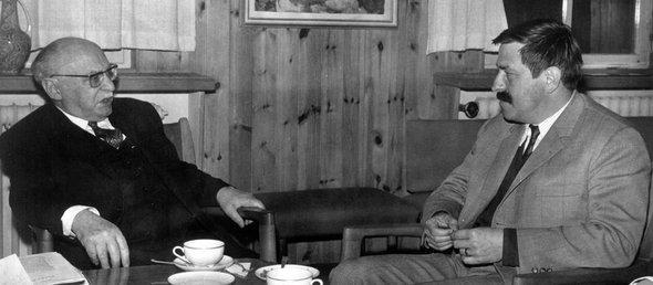 Günter Grass bei einem Treffen mit dem israelischen Ministerpräsidenten Levi Eschkol in den 1960er Jahren; Foto: dpa