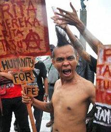 Wütender indonesischer Punk bei einem der Proteste im Dezember 2011; Foto: Negasi/http://negasi-negasi.blogspot.com