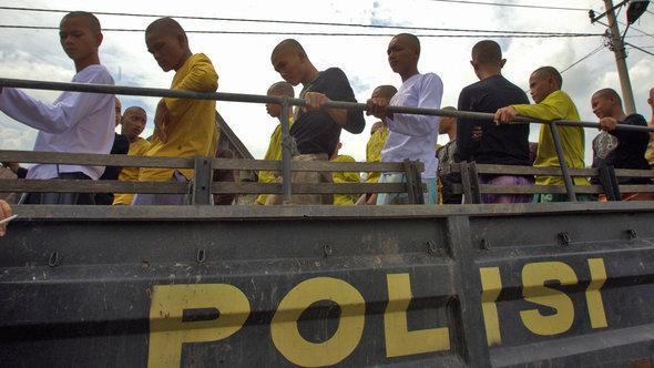 Verhaftete indonesische Punks werden auf einem Polizeiwagen gesammelt; Foto: EPA