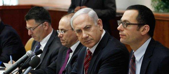 Israelischer Ministerpräsident Netanjahu inmitten seines Kabinetts; Foto: Reuters