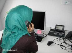 Mitarbeiterin beim muslimischen Seelsorge-Telefon; Foto: DW