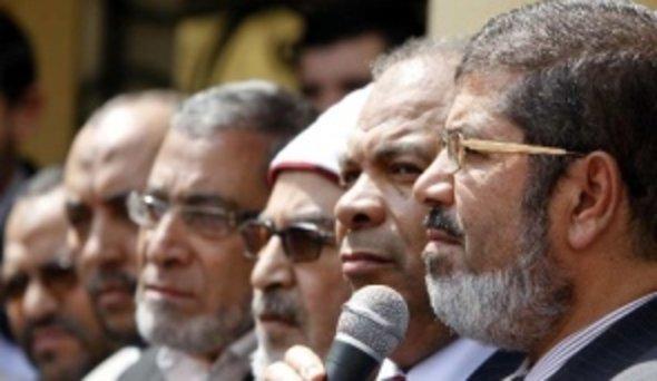 Mohammad Mursi (vorne rechts); Foto: AP