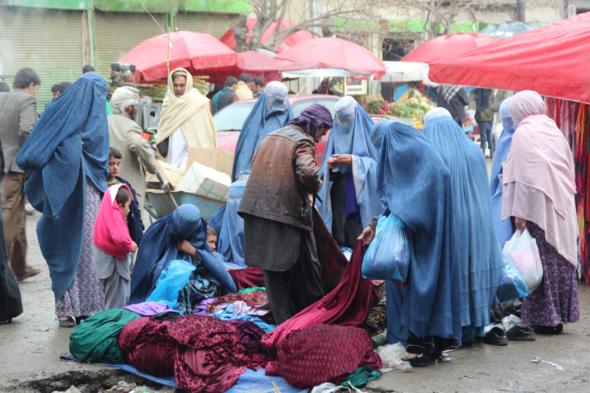 Frauen beim Einkauf in der Kabuler Altstadt; Foto: Marian Brehmer