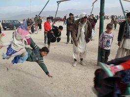 Momente der Leichtigkeit sind wieder möglich: Ein Karussell am Stadtrand von Kabul; Foto: Marian Brehmer