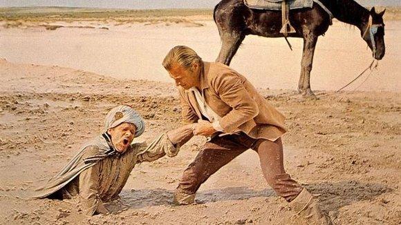 Im Sand versunken: Ralf Wolter als Hadschi Halef Omar mit Lex Barker als Kara Ben Nemsi; Foto: picture-alliance/KPA