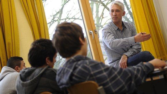 Lehrer Bülent Senkaragoz unterrichtet Schüler im Islamunterricht an der Geistschule in Münster; Foto: dpa