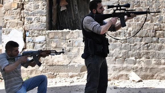 Zwei Kämpfer der Freien Syrischen Armee in der Provinz Homs; Foto: AP/dapd