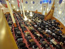 Betende in der Yavuz-Sultan-Selim-Moschee in Mannheim; Foto: Christian Kleiner