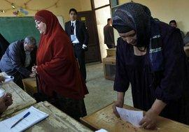 Ägypterinnen bei der Stimmabgabe während der Parlamentswahl; Foto: AP/dapd