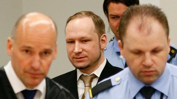 Anders Behring Breivik beim Betreten des Gerichtssaales am ersten Tag seines Prozesses im April 2012; Foto: REUTERS/Fabrizio Bensch