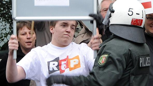 A police officer confronts a supporter of the extreme right-wing Pro-NRW party at a demonstration in Bonn in early May 2012 (photo: Henning Kaiser dpa)