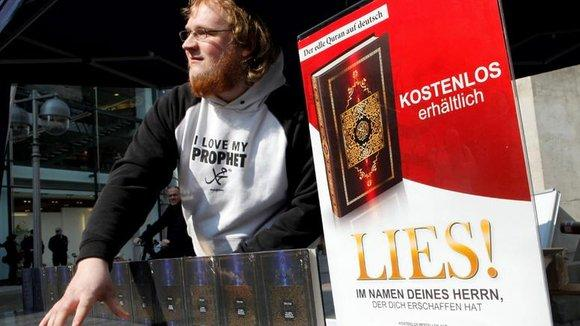 Ein Islamist verteilt kostenlose Koran-Exemplare an Passanten; Foto: dpad