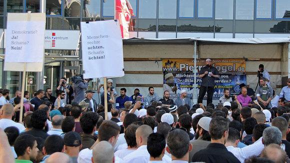 Der radikal-islamische Prediger Pierre Vogel während einer Kundgebung in Koblenz; Foto: dpa