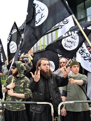 Islamische Fundamentalisten demonstrieren am Dienstag (01.05.2012) in Solingen; Foto: dpa