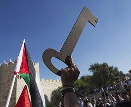 Palästinenserin hält Schlüssel, das Symbol für die Nakba vom 15. Mai 1948, hoch; Foto: AP