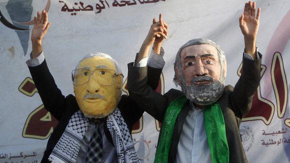 Palästinenische Demonstranten in Gaza-Stadt, verkleidet als Mahmud Abbas und Ismail Hanija, fordern Fatah und Hamas zur politischen Einigung auf; Foto: AP