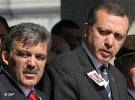 Der türkische Ministerpräsident Recep Tayyip Erdogan (rechts) und sein damaliger Stellvertreter Abdullah Gül (links); Foto: AP Photo/Burhan Ozbilici