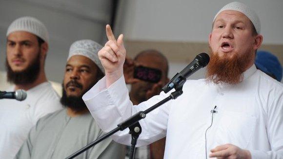 Der Salafist Pierre Vogel gemeinsam mit anderen Glaubensanhängern auf einer Kundgebung in Frankfurt; Foto: dpa