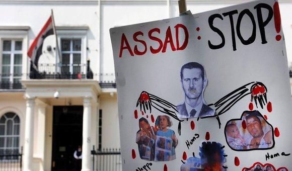 Vor der syrischen Botschaft in London; Foto: dpa