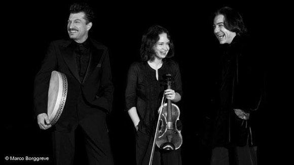 Fazil Say (rechts) mit der Violonistin Patricia Kopatchinskaja und dem Perkussionist Burhan Öcal; Foto: © Marco Borggreve
