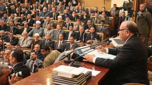 Mohamed Saad al-Katatni und weitere Vertreter der Muslimbruderschaft im ägyptischen Parlament in Kairo; Foto: Reuters