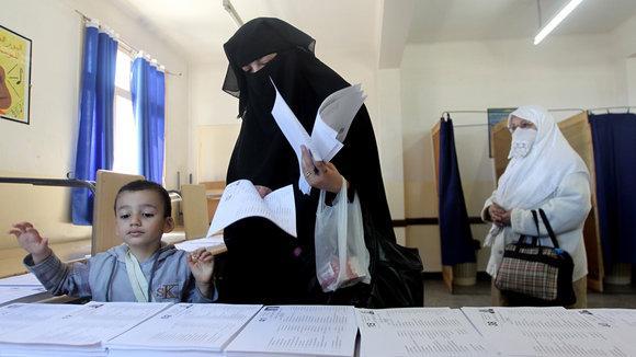 Frauen bei der Stimmabgabe zu den Wahlen in Algerien am 10. Mai 2012; Foto: dpa/picture-alliance