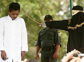Ein Mann wird in Jantho öffentlich ausgepeitscht; Foto: AP Photo/Heri Juanda