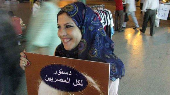 Eine Demonstrantin trägt ein Poster mit den Worten: Eine Verfassung für alle Ägypter!; Foto: DW