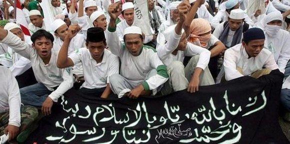 Radikale Islamisten während einer Kundgebung in Jakarta; Foto: dpa