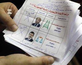 Ungültiger Wahlzettel der Stichwahl zwischen Mursi und Schafik; Foto: dapd