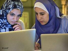 Zwei Ägypterinnen arbeiten an Lap-Tops; Foto: Laif