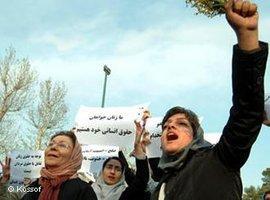 Iranische Frauenaktivistinnen protestieren für ihre Rechte in Teheran; Foto: Kossof